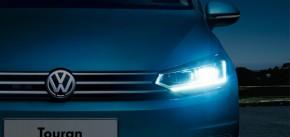 Volkswagen Touran pohľad spredu detail predná maska rozsvietené svetlá