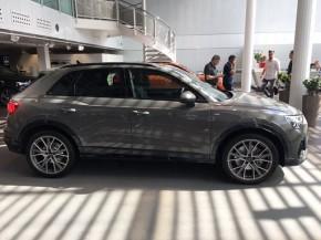 Audi Q3  pohľad z boku vpravo šedá
