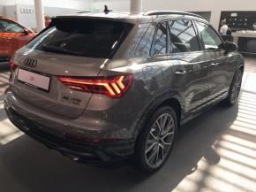 Audi Q3  trojštvrťový pohľad zozadu vpravo šedá