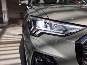 Audi Q3 pohľad spredu- detail predné svetlo šedá