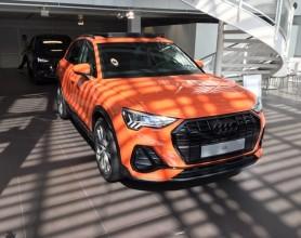 Audi Q3  trojštvrťový pohľad spredu oranžová