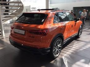 Audi Q3  trojštvrťový pohľad zozadu vpravo oranžová