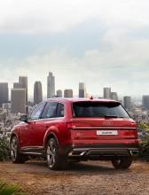 Audi Q7- trojštvrťový pohľad zozadu- červená farba