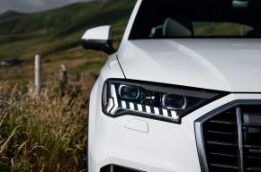 Audi Q7- pohľad spredu, detail predné svetlo- biela farba