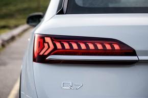 Audi Q7- pohľad zozadu, detail zadné svetlo- biela farba