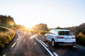 Audi Q7- trojštvrťový pohľad zozadu - biela farba