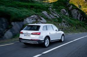 Audi Q7- trojštvrťový pohľad zozadu - biela farba 2