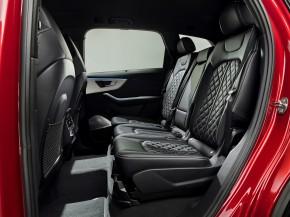 Audi Q7- interiér, detail zadné sedadlá - červená farba