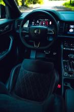 ŠKODA Kodiaq- interiér, detail predné sedadlo+ volant- modrá farba