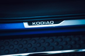 ŠKODA Kodiaq- detail nástupná lišta- modrá farba