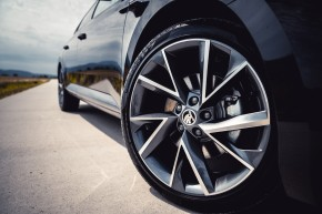 ŠKODA Superb – detail koleso, disk, čierna farba