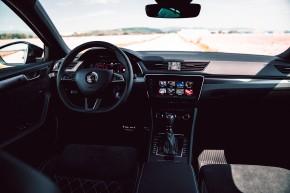 ŠKODA Superb – detail interiér prístrojová doska, predné sedačky  čierna farba