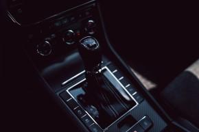 ŠKODA Superb – detail interiér radiaca páka, čierna farba