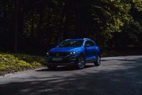 Volkswagen T-Roc trojštvrťový pohľad spredu, modrá farba