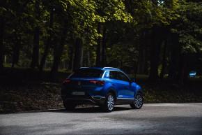 Volkswagen T-Roc trojštvrťový pohľad zozadu, modrá farba