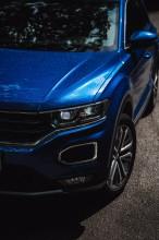 Volkswagen T-Roc pohľad spredu, predná maska detail modrá farba
