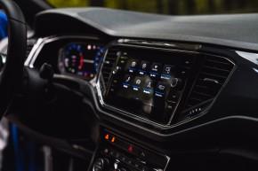 Volkswagen T-Roc interiér prístrojová doska detail , modrá farba
