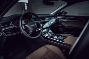 Audi Gebrauchtwagen: Plus Audi A8 detail interiér prístrojová doska, volant, šedá farba