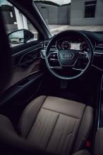 Audi Gebrauchtwagen: Plus A8 detail interiér volant, predná sedačka šedá farba