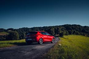 Nový SEAT Leon, trojštvrťový pohľad zozadu, červená farba