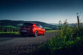 Nový SEAT Leon, trojštvrťový pohľad zozadu, červená farba 2