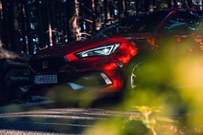 Nový SEAT Leon, pohľad zozadu, detail predné svetlo červená farba
