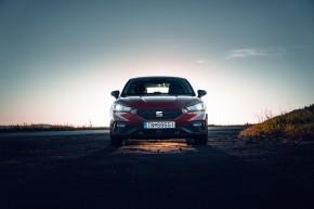 Nový SEAT Leon, pohľad spredu, červená farba 2