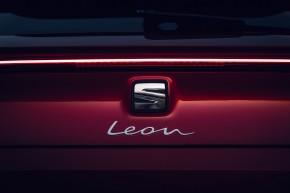 Nový SEAT Leon, pohľad zozadu, , detail zadný kufor, logo seat červená farba
