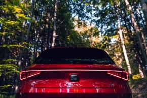Nový SEAT Leon, pohľad zozadu, , detail zadný kufor červená farba