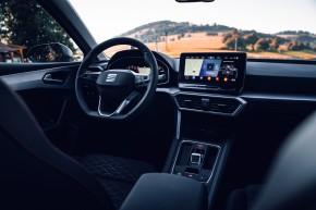 Nový SEAT Leon, interiér, prístrojová doska, predná sedačka, červená farba