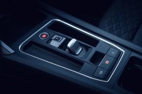 Nový SEAT Leon, interiér, detail riadenie, červená farba