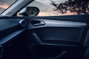 Nový SEAT Leon, interiér, detail vnútro dverí spolujazdca, červená farba