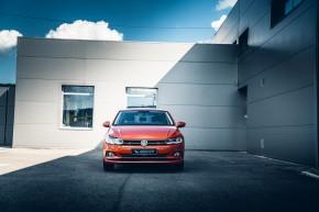 Volkswagen Polo pohľad spredu, oranžová farba