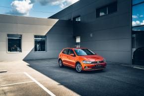 Volkswagen Polo trojštvrťový pohľad spredu, oranžová farba