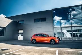 Volkswagen Polo pohľad zboku, oranžová farba