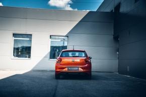 Volkswagen Polo pohľad zozadu, oranžová farba