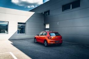 Volkswagen Polo pohľad trojštvrťový pohľad zozadu, oranžová farba