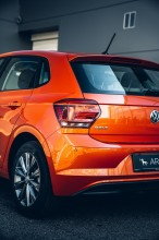 Volkswagen Polo pohľad trojštvrťový pohľad zozadu, detail zadný kufor, koleso, disk oranžová farba