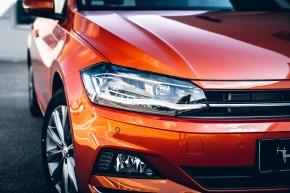 Volkswagen Polo pohľad spredu, detail predná maska, svetlo, koleso disk, oranžová farba