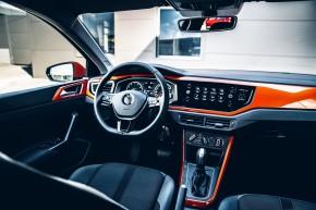 Volkswagen Polo, interiér, prístrojová doska, oranžová farba
