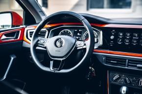 Volkswagen Polo, interiér, prístrojová doska, detail volant, oranžová farba