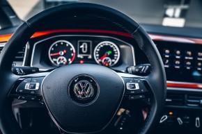 Volkswagen Polo, interiér, prístrojová doska, detail len volant, oranžová farba