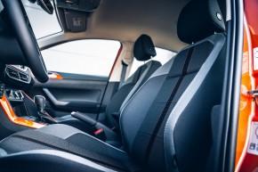 Volkswagen Polo, interiér, detail predné sedačky, oranžová farba