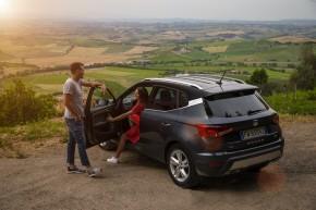 SEAT Arona- trojštvrťový pohľad zozadu-vľavo-šedá