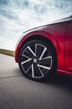 ŠKODA SCALA  pohľad zozadu, detail predné koleso - červená farba