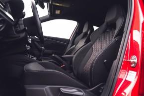 ŠKODA SCALA  interiér predné sedačky- červená farba