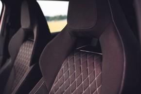 ŠKODA SCALA  interiér predné sedačky, detail hlavovka- červená farba