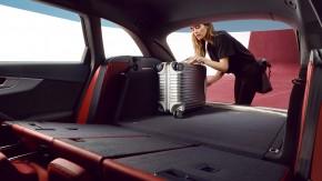 Audi A4 Allroad- interiér detail kufor, sklopené sedadlá- sivá farba