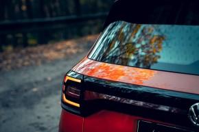 Volkswagen T-Cross- pohľad zozadu, detail zadné svetlo- oranžová farba
