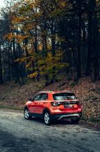 Volkswagen T-Cross- trojštvrťový pohľad zozadu- oranžová farba